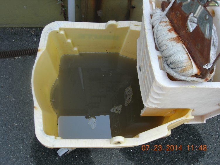 2498 Mop bucket, dirty water stored outside, rusted mop head